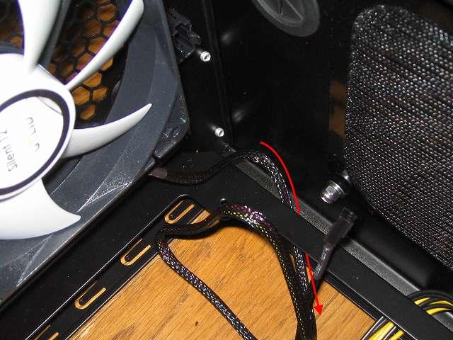 PC ケース Three Hundred Two AB リアファンに取り付けた防振ラバーブッシュ付 GELID Silent12 スリーブケーブルをマザーボードベース裏側に配線する