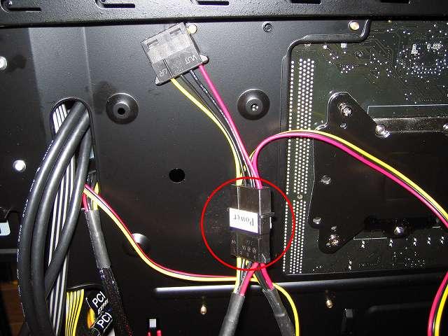 裏配線にある電源ユニット SilverStone STRIDER Gold Evolution SST-ST75F-G-E 3x4-Pin Peripheral connector+1x4-Pin Floppy connector プラグインケーブルのペリフェラルコネクタをファンコントローラー NZXT SENTRY 2 に接続