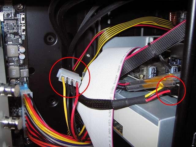 ケース中段ケーブルホールから電源ユニット SilverStone STRIDER Gold Evolution SST-ST75F-G-E 3x4-Pin Peripheral connector+1x4-Pin Floppy connector プラグインケーブルの 1x4-Pin Floppy connector、1x4-Pin Peripheral connector を PCケースに入れて、DVD ドライブ 東芝サムスン SH-222BB+S とサウンドカード Creative Sound Blaster X-Fi Fatal1ty PCI Card 5インチベイ I/O ドライブの電源コネクタに接続する、東芝サムスン SH-222BB+S は SATA 電源コネクターで給電することになっているが、Ainex SATA 用電源変換ケーブル 下 L 型 WA-085L を取り付けてコネクタを変換しているため、プラグインケーブルのペリフェラルコネクターで接続可能