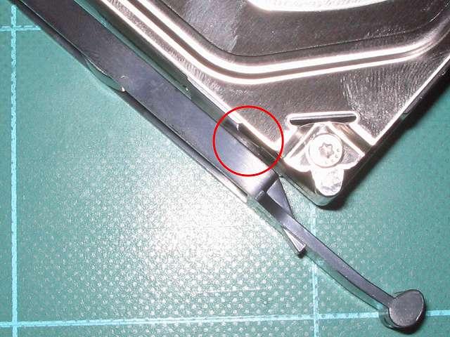 3.5 インチストレージデバイス取り付け、Ainex 防振ゴムワッシャー MA-024 を装着した Antec Three Hundred Two AB 付属 HDD 用ドライブレールを HDD に取り付け