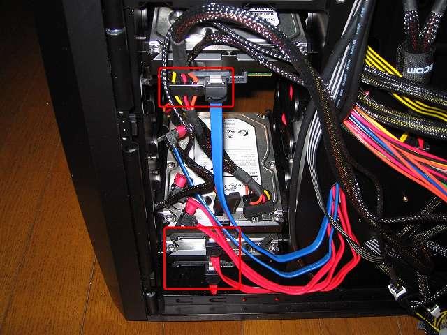 3.5 インチストレージデバイス取り付け、PC ケース Antec Three Hundred Two AB 3.5インチシャドウベイに装着した HDD に電源ユニットの SATA 電源ケーブルとマザーボードに接続してある SATA ケーブルを接続、Windows OS インストール時に間違って違う HDD にインストールしないようにするため SATA 電源ケーブルは接続していない
