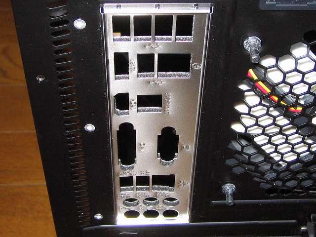 PC ケース Three Hundred Two AB にマザーボードを取り付ける前にバックパネル(ASUS Q-Shield)を忘れずに取り付ける