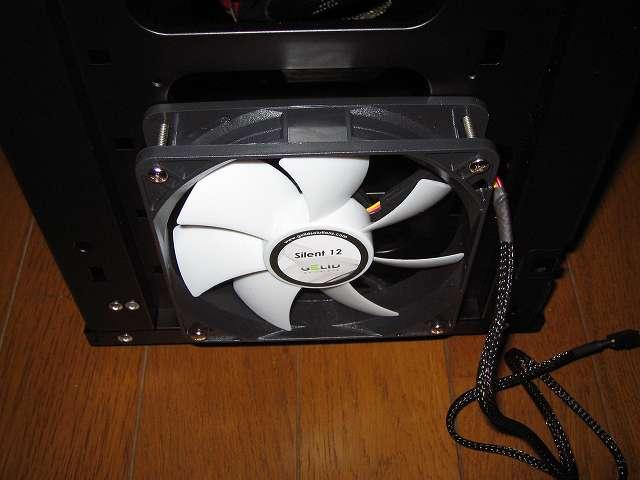Ainex 防振ゴムワッシャー MA-024 を装着した GELID Silent12 を PC ケース Antec Three Hundred Two AB のフロント部分に吸気ファンとして取り付けてネジ締め