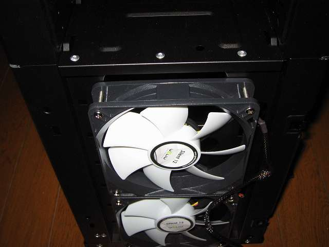 同じように Ainex 防振ゴムワッシャー MA-024 を装着したもう 1基の GELID Silent12 を PC ケース Antec Three Hundred Two AB のフロント部分に吸気ファンとして取り付けてネジ締め
