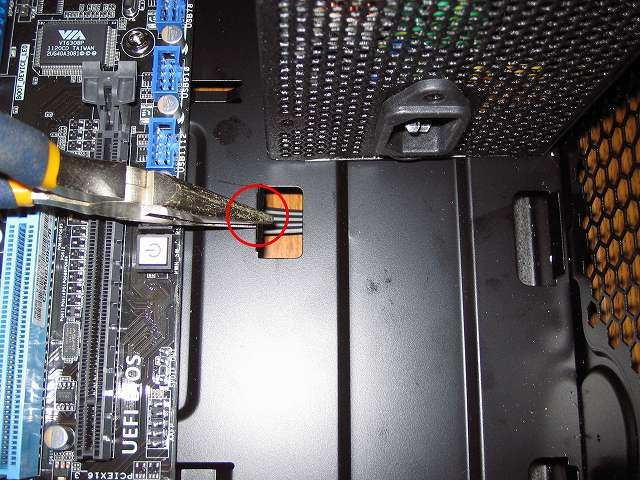 PC ケース Antec Three Hundred Two AB に 電源ユニット SilverStone STRIDER Gold Evolution SST-ST75F-G-E 取り付け、電源ユニット固定用ツメ?に引っかかり電源ユニットが入らないためペンチを使って広げる