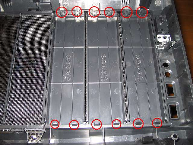 PC ケース Antec Three Hundred Two AB フロントパネルを取り外して上側からドライブカバーのツメを外す