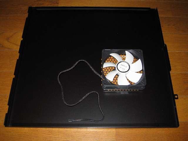 PC ケース Antec Three Hundred Two AB マザーボード側サイドパネルに取り付けた GELID Silent12 ケースファン(付属防振ラバーブッシュ使用)