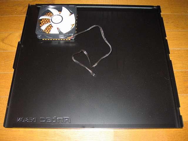 PC ケース Antec Three Hundred Two AB マザーボードベース側(裏配線側)サイドパネルに取り付けた GELID Silent12 ケースファン(付属防振ラバーブッシュ使用)