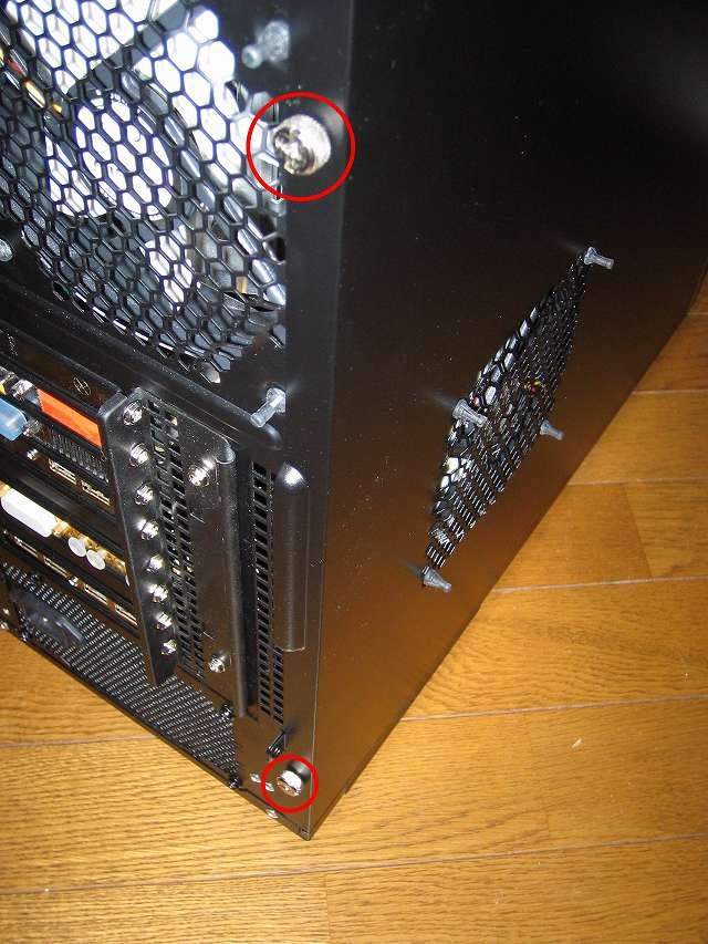 GELID Silent12 を取り付けたマザーボード側サイドパネルを PC ケース Antec Three Hundred Two AB に取り付けてネジ締め、ファンケーブルをサイドパネルではさまないように注意