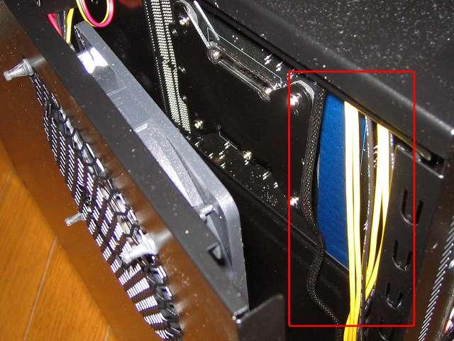 PC ケース Antec Three Hundred Two AB マザーボードベース側(裏配線側)サイドパネルを取り付けネジ締めて、裏配線したケーブルをはさまないよう注意