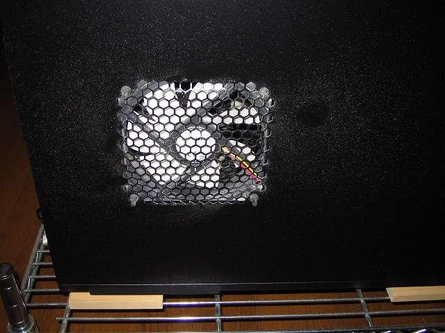 メイン PC、Antec ゲーミング PC ケース Three Hundred Two AB サイドパネル(マザーボード表面側)ファンのホコリ