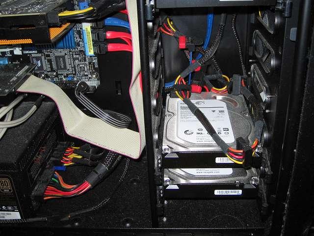 メイン PC、Antec ゲーミング PC ケース Three Hundred Two AB ケース内部 3.5 インチシャドウベイ付近のホコリ