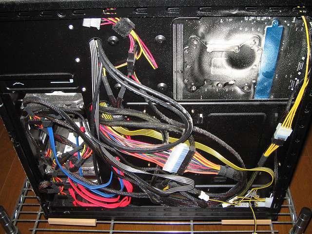 メイン PC、Antec ゲーミング PC ケース Three Hundred Two AB 裏配線・マザーボードベース側のホコリ