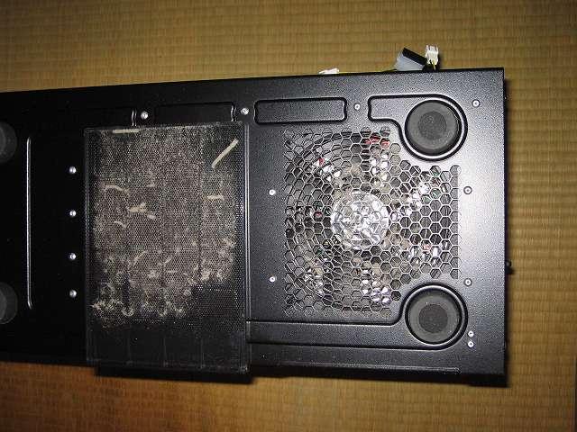 メイン PC、Antec ゲーミング PC ケース Three Hundred Two AB 底面、電源ユニット搭載エリア ダストフィルターのホコリ