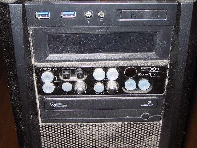 サブ PC、Antec ゲーミング PC ケース Three Hundred Two AB フロントパネル、5インチベイドライブ付近のホコリ
