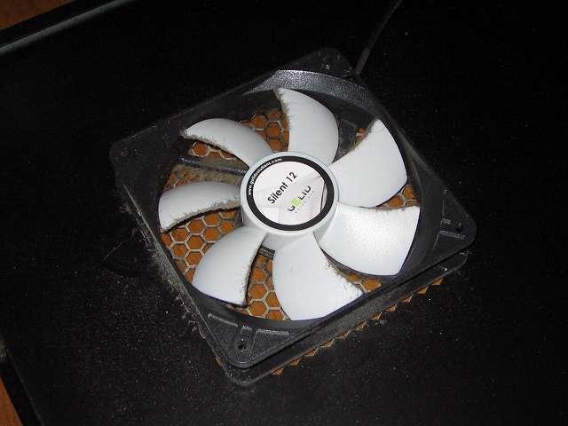 サブ PC、Antec ゲーミング PC ケース Three Hundred Two AB サイドパネル(マザーボード表面側)ファンのホコリ
