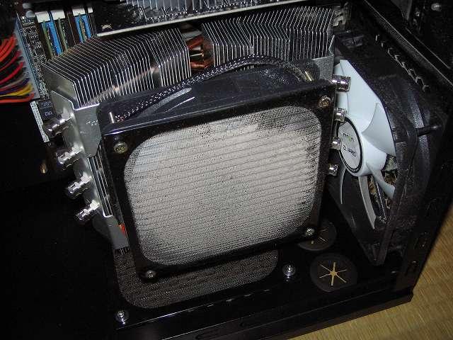 サブ PC、Antec ゲーミング PC ケース Three Hundred Two AB ケース内部 CPU ファン用アルミファンガードのホコリ