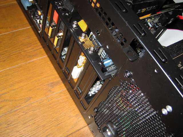 拡張スロットに取り付けた Creative Sound Blaster X-Fi Fatal1ty PCI Card をネジ締め、Ainex USB リアスロット 4ポート RS-004、2ポート RS-002C を取り付けるため PC ケース Antec Three Hundred Two の拡張スロットカバーを外し済み