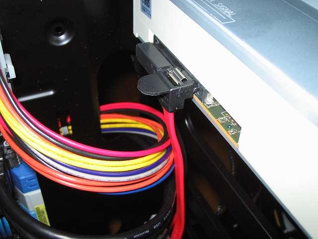 DVD ドライブにオウルテック SATA ケーブル OWL-CBSATA-SLU30(RD) 30cm レッドと Ainex SATA 用電源変換ケーブル 下 L 型 WA-085L を接続したところ