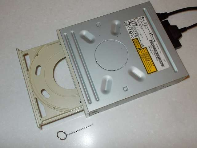 日立 LG GSA-4167B IDE DVD ドライブ(+ GROOVY HDD 簡単接続セット 3.5/5.25 インチ IDE ドライブ専用 USB 変換アダプタ UD-301S)通電状態で DVD トレイを針金(イジェクトピン)で強制イジェクト、トレイを手で引っ張ったり押し込んだりした時に勝手に開いたり閉じたりしないタイプの DVD ドライブであれば Xbox360 ディスクを読み込める可能性が高い