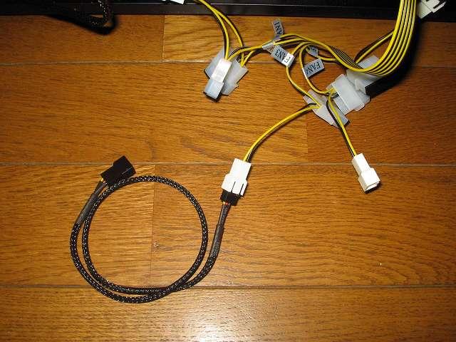 ファンコントローラー NZXT SENTRY 2 の 3ピンファンコネクターに Ainex ファン用電源延長ケーブル WA-096 接続、マザーボード側サイドパネルの GELID Silent12 スリーブケーブルに接続