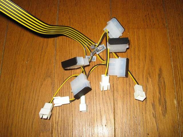 ファンコントローラー NZXT SENTRY 2 の 3ピンファンコネクターの各ケーブルの途中に 4ピンペリフェラルコネクターがあるが使う予定はないので、別売りのテクノベインズ 電源コネクタ用キャップ HDPWCAPK-B0-6 を取り付け