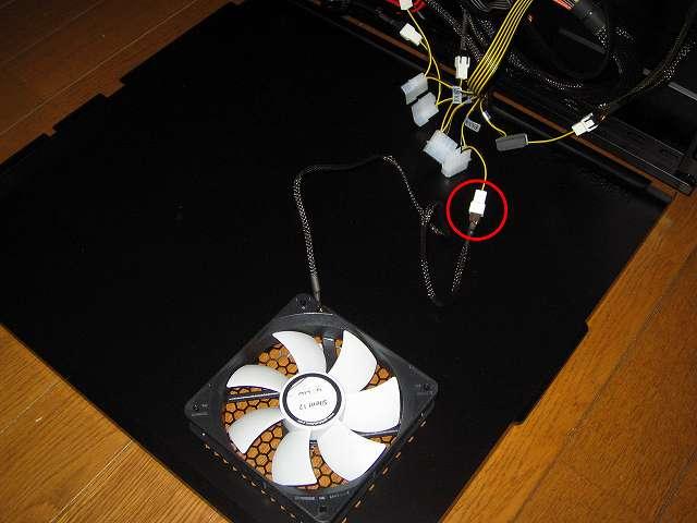 PC ケース Antec Three Hundred Two AB マザーボードベース側(裏配線側)サイドパネルに取り付けた GELID Silent12 ケースファン(付属防振ラバーブッシュ使用)スリーブケーブルコネクタをファンコントローラー NZXT SENTRY 2 の 3ピンファンコネクターに接続