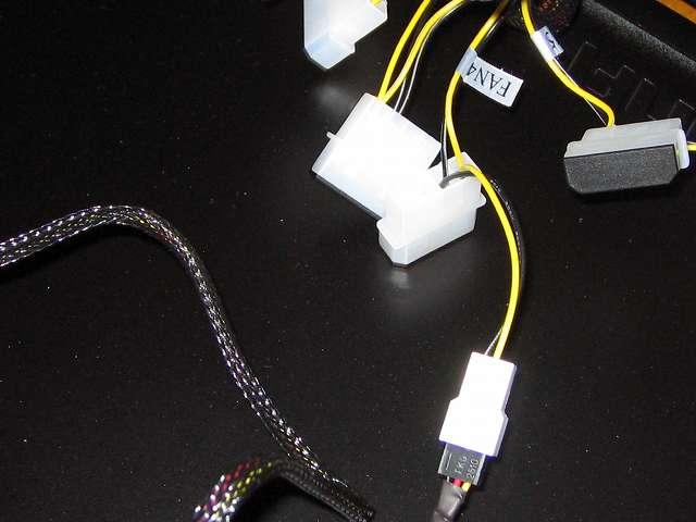 ファンコントローラー NZXT SENTRY 2 の 3ピンファンコネクターと 4ピンペリフェラルコネクターケーブルを PC ケース Antec Three Hundred Two AB 裏配線側のすき間に適当に収納