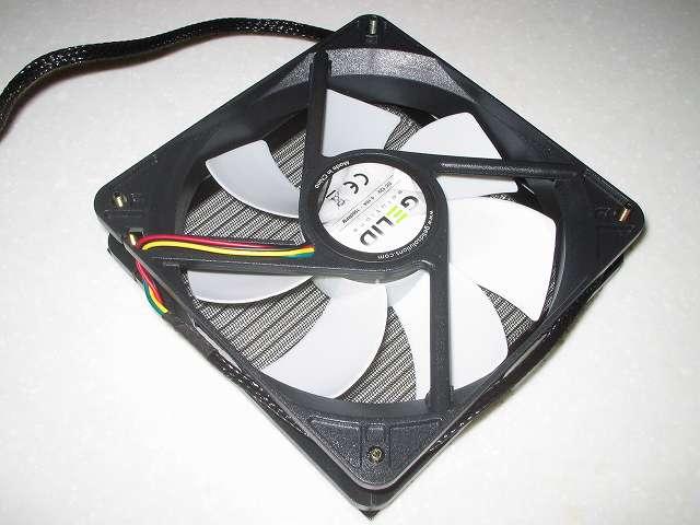 Ainex アルミファンフィルター 120mm CFA-120A-BK に取り付けた AINEX 防振ゴムワッシャー MA-024 + ネジを、GELID Silent12 PWM のネジ穴にネジを通して取り付ける、ファンの風が吹く方向はファンの側面部分に表記、画像は CPU クーラーに対して風を吹き付ける向きとなっている