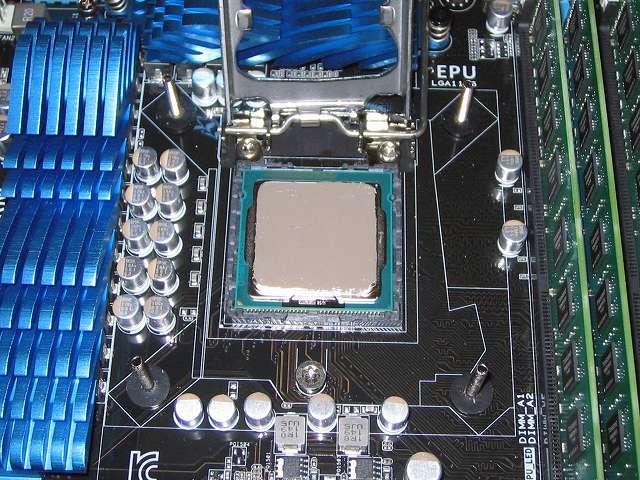 ASUS P8Z68-V PRO/GEN3 LGA1155 CPU ソケットにセットした Intel Core i5-3570 CPU のヒートスプレッダに塗布(とふ)した Ainex シルバーグリス Arctic Silver 5 AS-05 を Ainex グリス用万能へら GH-01 と使ってヘラ塗りする(CPU のヒートスプレッダにグリス塗布してヘラ塗りする場合は、CPU をカバーで固定してから行うこと)
