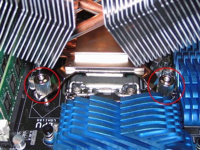 ユニバーサルリテンションキット 3 の付属品「CPU クーラー固定ネジ(Intel)」を「バックプレート固定ネジ(Intel)」に取り付けて手回しで締める