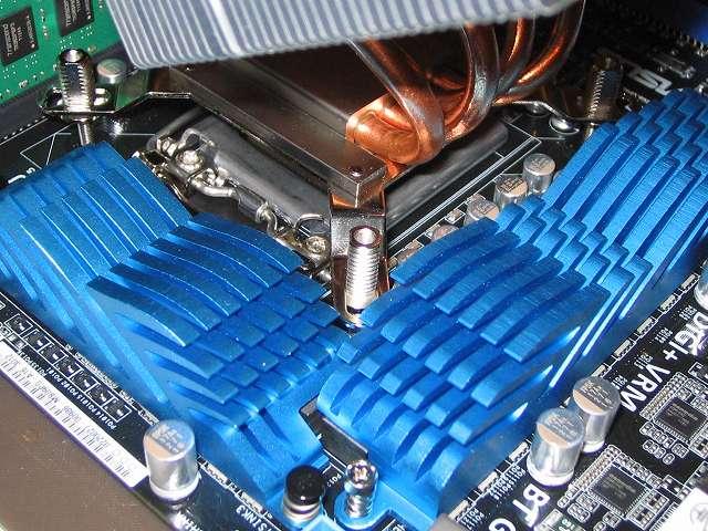 ASUS P8Z68-V PRO/GEN3 に取り付けた「バックプレート固定ネジ(Intel)」(+バックプレート+バックプレート取り付けネジ(Intel)+バックプレート落下防止用ゴム(Intel))に、Scythe グランド鎌クロス リビジョンB SCKC-2100 に装着した「取り付け金具(Intel)」を装着させる、「バックプレート固定ネジ(Intel)」のネジの向きを CPU クーラーの「取り付け金具(Intel)」穴の形に合わせてないと取り付けられない、BIOS アップデートによる短時間作業のため CPU にグリス塗布(とふ)は行わない