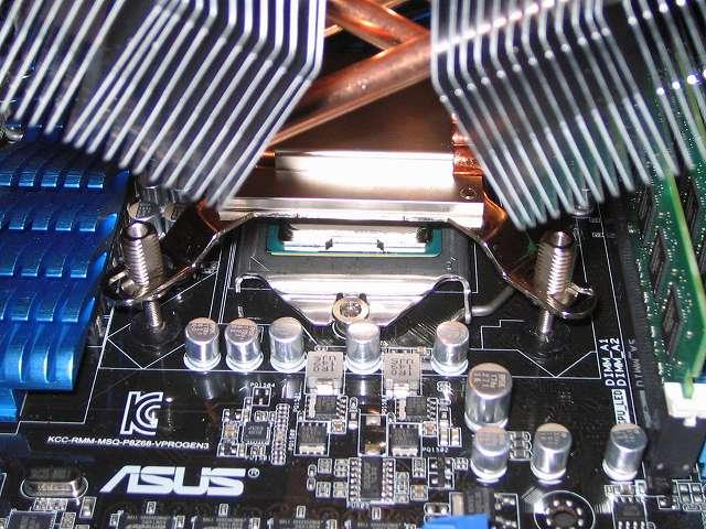 ASUS P8Z68-V PRO/GEN3 に取り付けた「バックプレート固定ネジ(Intel)」(+バックプレート+バックプレート取り付けネジ(Intel)+バックプレート落下防止用ゴム(Intel))に、Scythe グランド鎌クロス リビジョンB SCKC-2100 に装着した「取り付け金具(Intel)」を装着させる、「バックプレート固定ネジ(Intel)」のネジの向きを CPU クーラーの「取り付け金具(Intel)」穴の形に合わせてないと取り付けられない、Scythe グランド鎌クロス リビジョンB SCKC-2100 装着時にフィン、ヒートパイプの向きをあらかじめ決めておく