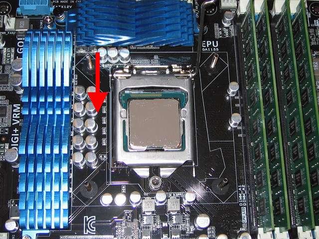 ASUS P8Z68-V PRO/GEN3 LGA1155 CPU ソケットにセットした Intel Core i5-3570 CPU のヒートスプレッダに塗布(とふ)後、CPU が CPU ソケットに間違いなくセットされているのを確認したら、CPU 固定カバーをゆっくり下ろす