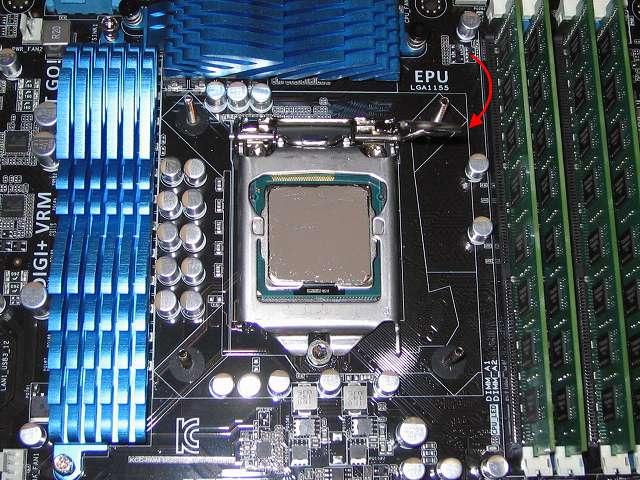 Intel Core i5-3570 CPU のヒートスプレッダに塗布(とふ)後、CPU が CPU ソケットに間違いなくセットされているのを確認、CPU 固定カバーをゆっくり下ろしたらレバーを元の位置に戻して完全にロックする、この時レバーをロックする状態まで、かなり力を入れないと元の位置に戻らないが、CPU の切欠きの位置さえ間違ってなければ問題ないはずなので、ゆっくりとレバーを押し下げながらロックさせる
