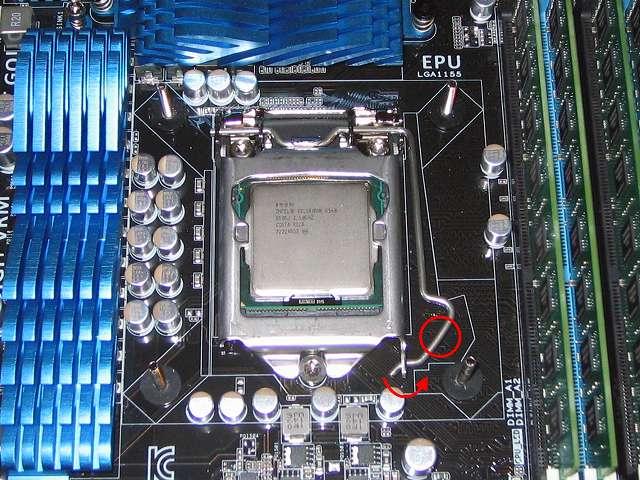 Intel CPU 換装作業、ASUS P8Z68-V PRO/GEN3 LGA1155 CPU ソケット ロック解除、レバーを押し下げて横にスライドさせる