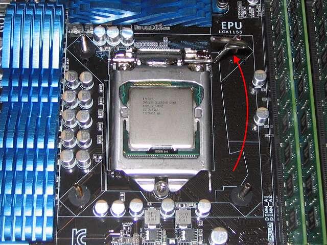 Intel CPU 換装作業、ASUS P8Z68-V PRO/GEN3 LGA1155 CPU ソケット ロック解除、スライドして外したレバーをゆっくり持ち上げる