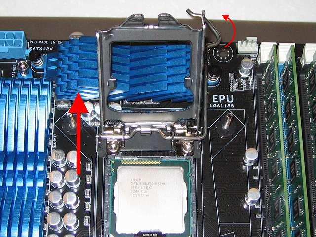 Intel CPU 換装作業、ASUS P8Z68-V PRO/GEN3 LGA1155 CPU ソケット ロック解除、レバーを持ち上げて CPU 固定カバーも持ち上げる