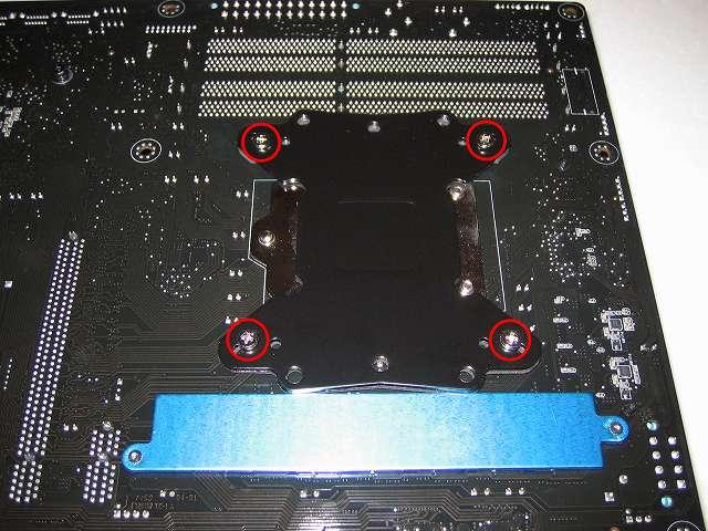 プッシュピン式 CPU クーラー(Scythe グランド鎌クロス リビジョンB SCKC-2100)をネジ式に変更するため、Scythe ユニバーサルリテンションキット3 SCURK-3000 付属 バックプレートを ASUS P8Z68-V PRO/GEN3 に装着、バックプレートネジ穴に「バックプレート取り付けネジ(Intel)」を挿入