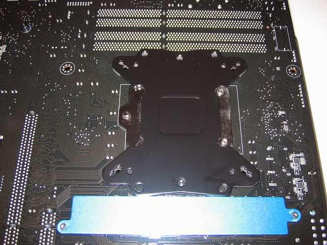 プッシュピン式 CPU クーラー(Scythe グランド鎌クロス リビジョンB SCKC-2100)をネジ式に変更するため、Scythe ユニバーサルリテンションキット3 SCURK-3000 付属 バックプレートを ASUS P8Z68-V PRO/GEN3 に装着