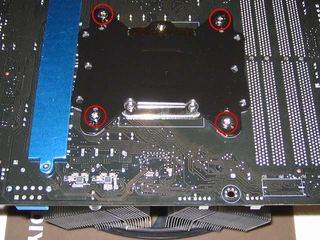 バックプレートの「バックプレート取り付けネジ(Intel)」を締める
