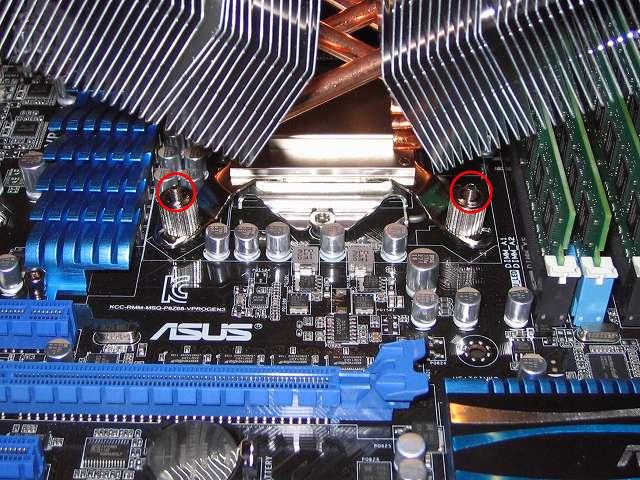 「CPU クーラー固定ネジ(Intel)」+「バックプレート固定ネジ(Intel)」から「バックプレート取り付けネジ(Intel)」のネジ山の先端が 4か所とも均等の長さで飛び出ていることを確認する