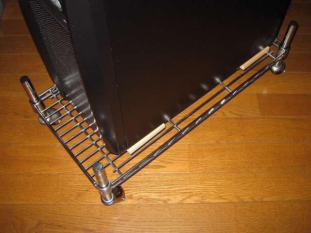 PC ケース用キャスター付きメタルラック組立、PCケース Antec Three Hundred Two AB をキャスター付きメタルラックに設置、PC ケースのシリコンゴム足の下にヒノキの端材が置かれている状態になるように位置を調整して完成