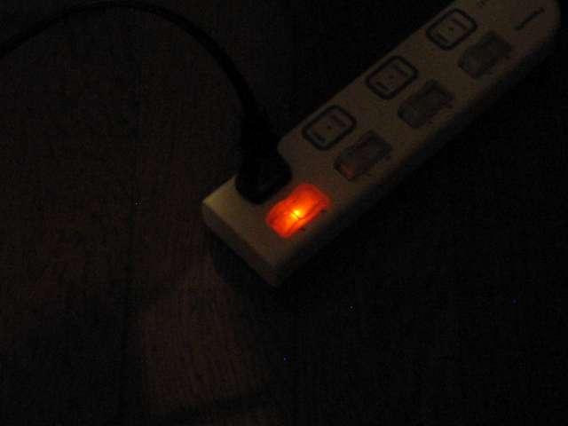 Panasonic ザ・タップX WHA25244WP 4コ口 個別防水スイッチ付 2m コード コンセントにつなぎ個別防水スイッチを入にするとランプが点灯(暗所撮影)