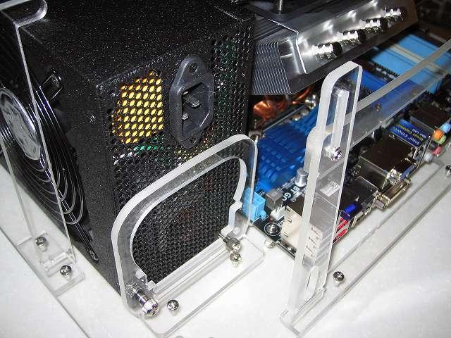 Scythe アクリルベンチ type2 ACB-TYPE2 に取り付けてある電源ユニット SilverStone STRIDER Gold Evolution SST-ST75F-G-E
