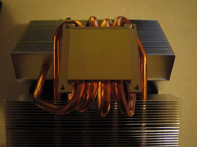 CPU クーラー Scythe グランド鎌クロス リビジョンB SCKC-2100 を取り付けるため、保護シールをはがす