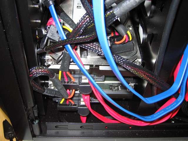 3.5 インチストレージデバイス取り付け、PC ケース Antec Three Hundred Two AB 3.5インチシャドウベイに装着した HDD に電源ユニットの SATA 電源ケーブルとマザーボードに接続してある SATA ケーブルを接続、Windows OS インストール後 PC ケース内に取り付けた残りの HDD に SATA 電源ケーブルを接続