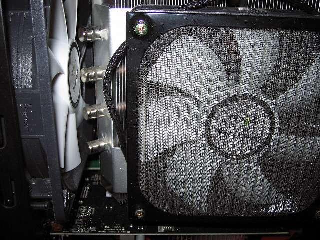 PC Antec Three Hundred Two AB ゲーミング PC ケース リア排気ファン 防振ラバーブッシュ使用の GELID Silent12 ファンと トップフロー型 CPU クーラー グランド鎌クロス リビジョンB SCKC-2100(GELID Silent12 PWM ファン + アイネックス アルミファンフィルター 120mm) とのすき間はほとんどなし