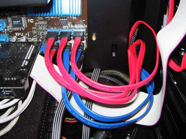 ASUS P8Z68-V LE の Intel SATA ポートに接続したオウルテック SATA ケーブル 50cm ブルー OWL-CBSATA-SLU50(BL) とレッド OWL-CBSATA-SLU50(RD)