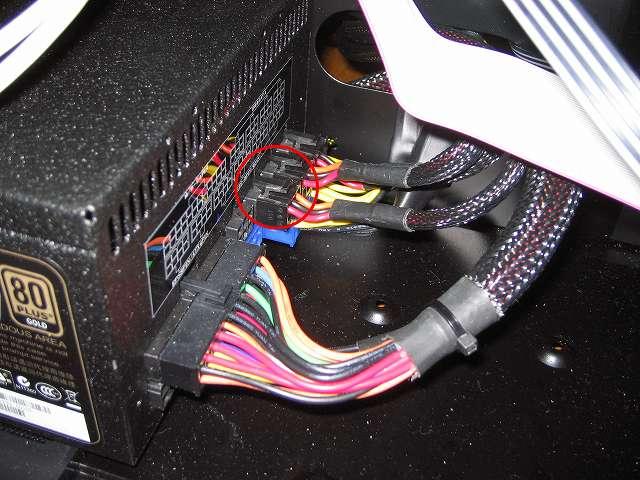 電源ユニット SilverStone STRIDER Gold Evolution SST-ST75F-G-E に SATA HDD や SSD の台数に応じて SATA connector プラグインケーブルを接続(この電源ユニットの場合は 1 SATA プラグインケーブルにつき 4台まで接続可能)
